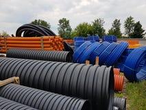 Ett lager av plast-rör för olik avsikter, diameter och färg under den öppna himlen Tillverkning och försäljning av plast- produkt arkivfoton