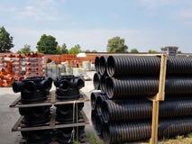 Ett lager av plast-rör för olik avsikter, diameter och färg under den öppna himlen Tillverkning och försäljning av plast- produkt arkivbilder