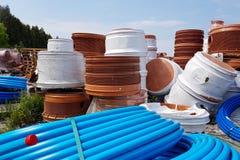 Ett lager av plast-rör för olik avsikter, diameter och färg under den öppna himlen Tillverkning och försäljning av plast- produkt royaltyfria bilder