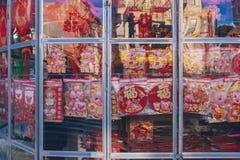 Ett lager i kineskvarteret som säljer kinesiska garneringar för nytt år, som det kinesiska mån- nya året, året av svinet, att när royaltyfri fotografi