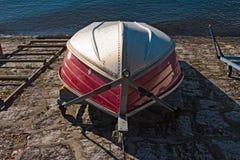 Ett lagt fartyg i aluminium och vultit, på kusten av sjön arkivbild