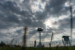 Ett landskap av den meteorologiska tr?dg?rden i morgonen d? den fulla gr?a stackmolnet f?r himmel och cirrusmolnmolnen med den h? royaltyfri bild