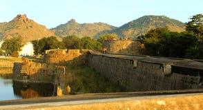 Ett landskap av den stora fortmuren med tinnar och den stora väggen på vellorefortet med solnedgång Arkivfoton