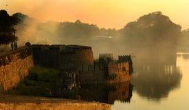 Ett landskap av den stora fortmuren med tinnar och den stora väggen på vellorefortet med solnedgång Royaltyfri Bild
