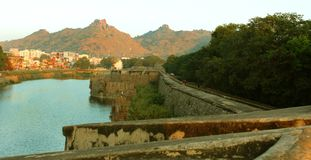 Ett landskap av det stora diket med fortmuren med tinnar och den stora väggen på vellore Royaltyfria Bilder