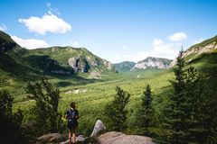 Ett landskapfotografi med berg och moln arkivfoto