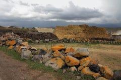 Ett lantligt landskap med höstackar och ett stenstaket i byn av Foka arkivbild