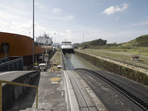 Ett lastfartyg och ett kryssningskepp på Miraflores lås, Panama kanal Arkivbilder