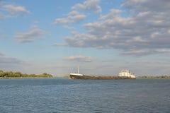 Ett lastfartyg seglar på floden Royaltyfri Foto