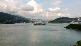 Ett lastfartyg som skriver in Hong Kong via Tung Wan Bay nära modern Wan Island En sikt från en quadcopter arkivfilmer