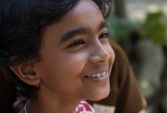 Ett le barn i Indien arkivbilder
