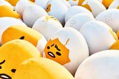 Ett ledset ägg bland de många missnöjda äggen royaltyfria bilder