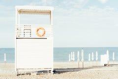 Ett life-saving vitt trähus-torn på kusten royaltyfri bild