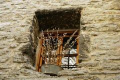Ett litet fönster i gammalt hus med pilen arkivbilder