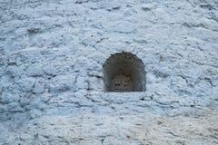 Ett litet fönster i stenväggen Royaltyfri Bild