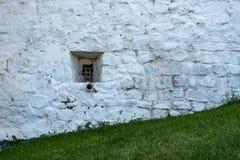 Ett litet fönster i stenväggen Royaltyfria Foton