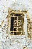 Ett litet fönster med det gamla gallret, Sfax, Tunisien arkivbild