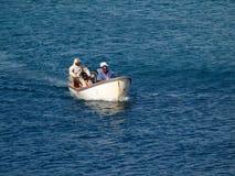Ett litet fartyg med fiskare i det karibiskt. Royaltyfri Fotografi