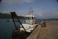 Ett litet fartyg på Con Dao Island Royaltyfri Fotografi