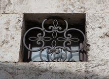 Ett litet gallerförsett fönster Arkivfoton