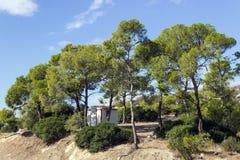 Ett litet hus bland sörjer på bergöverkanten Grekland Royaltyfria Bilder