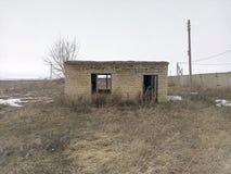 Ett litet hus, en tom byggnad, bristen av fönster, övergiven byggnad, ensam koja, enslighet, tomhet, brist av egenskapen royaltyfri bild