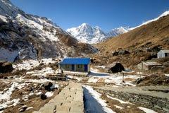 Ett litet hus i den Fishtail basläger Nepal arkivbild