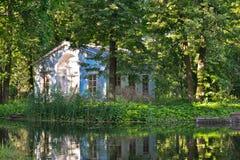 Ett litet hus i kungliga personen parkerar med ett damm Royaltyfria Bilder