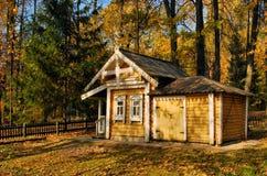 Ett litet hus i skogen Royaltyfria Foton