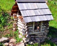ett litet hus som göras av björk royaltyfri bild