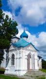 Ett litet kapell i byn med de blåa kupolerna Gorokhovets Arkivfoto