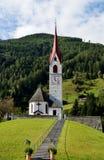 Ett litet kapell som byggs på en backe i Lutago, Italien Arkivbilder