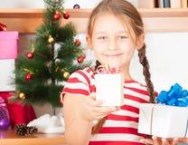 Ett litet och stora julgåvor Royaltyfria Foton