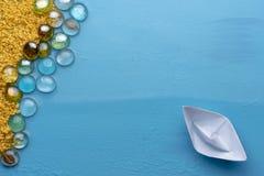 Ett litet pappers- fartyg seglar till den sandiga kusten Id?rikt minsta havs- och strandbegrepp seamless sommar f?r resaresthav L fotografering för bildbyråer