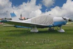 Ett litet propellerflygplan royaltyfri bild