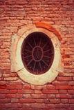 Ett litet rostigt fönster av rund form royaltyfri bild