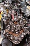Ett litet shoppar sälja metallbordsservis på en marknad i Marocko fotografering för bildbyråer