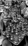 Ett litet shoppar sälja metallbordsservis på en marknad i Marocko arkivbild