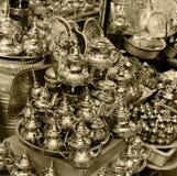 Ett litet shoppar sälja metallbordsservis på en marknad i Marocko arkivbilder