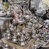 Ett litet shoppar sälja metallbordsservis på en marknad i Marocko royaltyfri bild