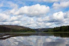 Ett litet skattskyldigt av den stora floden Krasnoyarsk region, Ryssland Arkivfoton