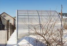 Ett litet växthus göras ââof polycarbonaten att övervintra Fotografering för Bildbyråer