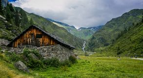 Ett litet wood hus på slutet av en dal Arkivbild