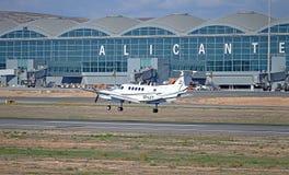 Ett ljust flygplan ankommer på den Alicante flygplatsen Royaltyfri Bild