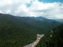 Ett ljuvt landskap av de norr Kaukasus bergen royaltyfri fotografi