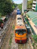 Ett logistiskt drev som flyttar sig till plattformen på Phaya den thailändska järnvägsstationen Arkivfoton