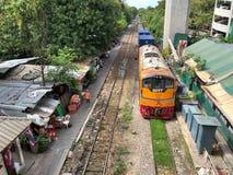Ett logistiskt drev som flyttar sig till plattformen på Phaya den thailändska järnvägsstationen Royaltyfri Bild
