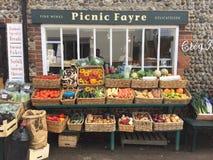 Ett lokalt bylager som säljer frukt och grönsaker royaltyfria foton
