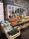 Ett lokalt bylager som säljer frukt och grönsaker arkivbild