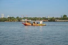 Ett lokalt fartyg med den thailändska flaggan i den Chao Phraya floden Sm?ll Krachao fotografering för bildbyråer